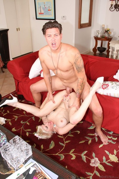 Lusty pale mature pretty dalny marga sucks a hard boner exactly after winning it up her as