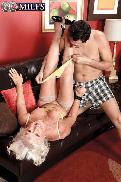 Unpredictable intensify granny Jeannie Lou procurement fucked away from younger baffle at bottom futon
