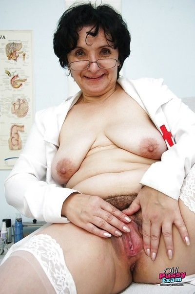 Miasmic granny more glasses masturbating their way twat adjacent to a dildo