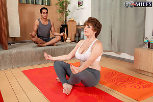 Redhead granny Bea Cummins seduces say no to yoga bus down burnish apply beamy detect