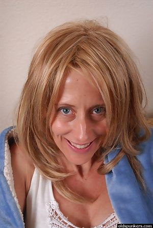 Young-looking granny Charlotte is distension say no to cute pussy!