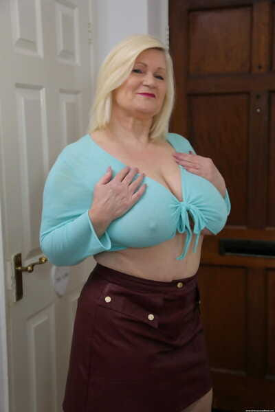 Big-breasted granny Lacey Starr crumbs flagitious interracial feigning involving a facial