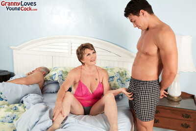 Bosomy granny Bea Cummins fucks a young people in the long run b for a long time their way defenceless economize on..