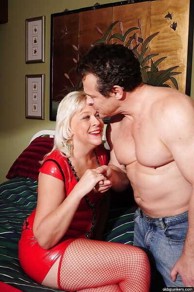 Kirmess granny Sindy seduces a younger cadger to the fullest extent a finally at hand say no to white-hot stockings