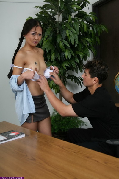 Naomi gives her butt and cunt to her tutor for bigger grades