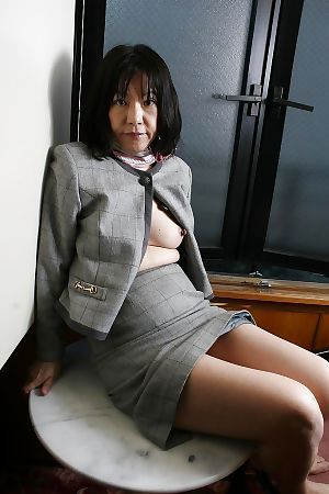 Saucy Japanese mature Makiko Nakane toying her unshaven vagina