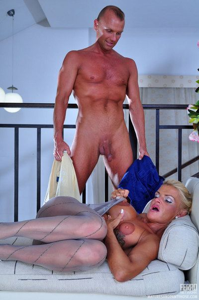 Smoking hot experienced housewife seduces a hung handyman come into possession of a pantyhose lady-love