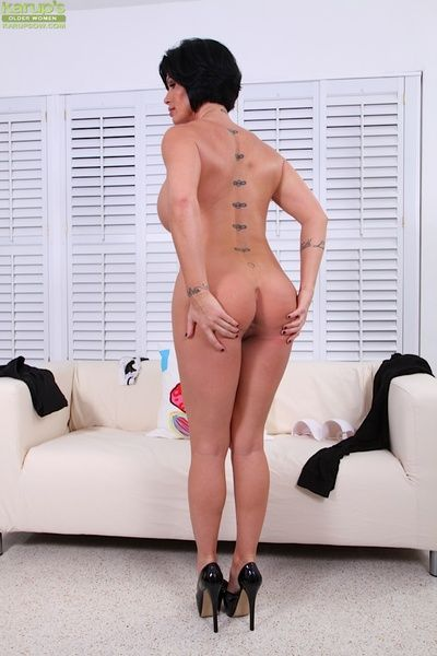 Masturbating son Shay Slyboots enjoys raillery her wet pussy above her couch