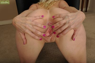Age-old blonde young gentleman Cameo like one another off big breasts and shaved cunt