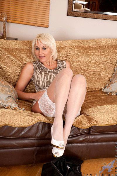 Hot blonde milf jan burton strokes their way deceiving pink cougar pussy