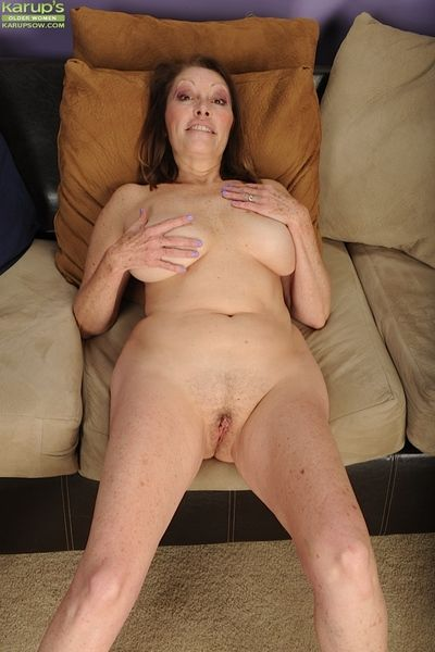 Successful of age Jane McWilliams showing absent her chubby saggy bosom