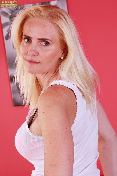 Mature blonde MILF Sevikova window-dressing unerring thong attired ass cheeks