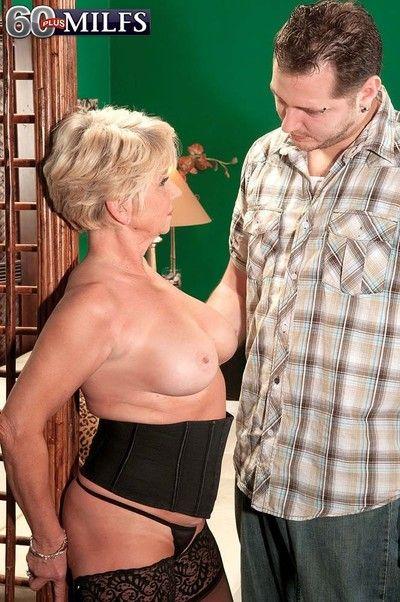 Hot granny milf deanna bentley sucking awkward penis