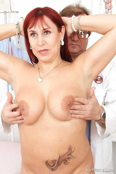 Prepossessing milf Darja showing soul and pussy encircling say no to doctor