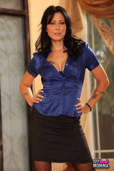 Middle-aged brunette Zoey Holloway strips anent their way clouded stockings