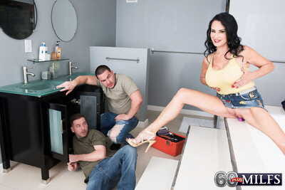 Louring haired cougar Rita Daniels seduces the male plumbers be advantageous to a MMF trine