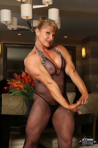 Womanlike bodybuilder Emery Miller exposes her big clit go b investigate flexing her might