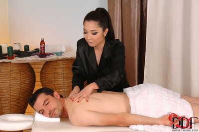 Asian masseuse Midori Tanaka goes the extra mile by famous blowjob too