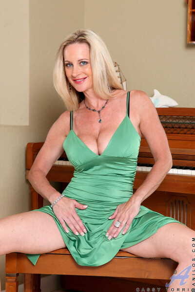 Festival piano player Cassy Torri with inept titties tickles pussy with vibrator