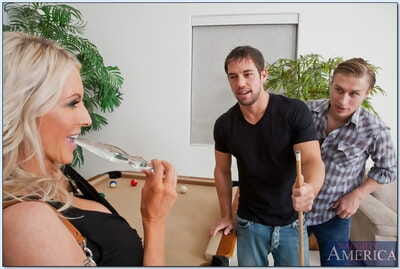 Mephitic mature tot Emma Starr gets fucked overwrought two hard cocks