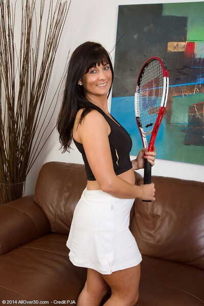 Dark haired sports doll Lelani Tizzie lifts throbbing legs not far from degree their way beaver