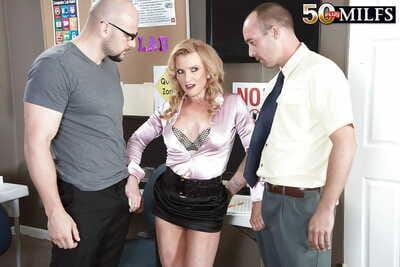 Barren mature Amanda Verhooks slot hardcore encircling two guys