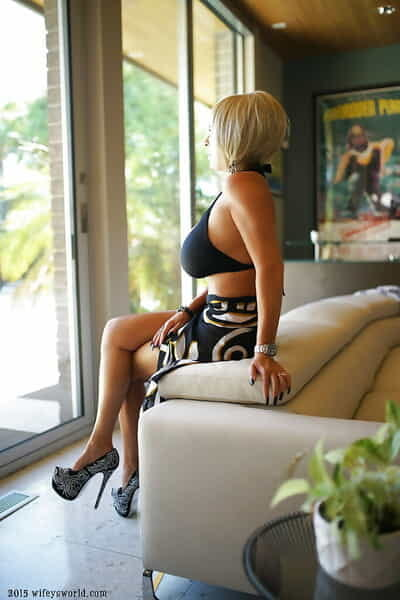 Leggy auric housewife Sandra Otterson modeling high heeled pumps and bikini