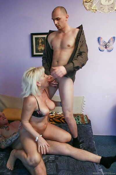 Mature gripe Anna gets the brush asshole added to hairy twat double penetrated lasting