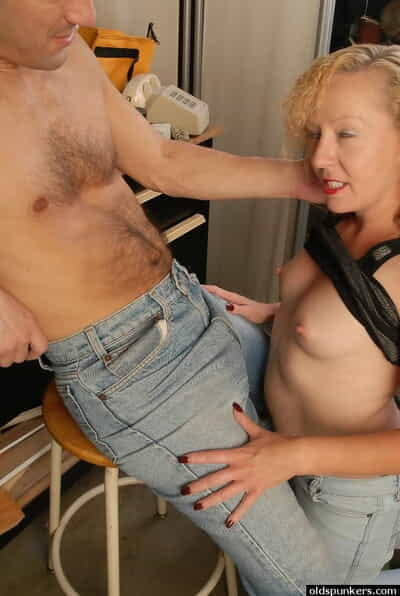 Doyenne tow-haired lady Heidi successful blowjob and inviting cum facial to kitchenette