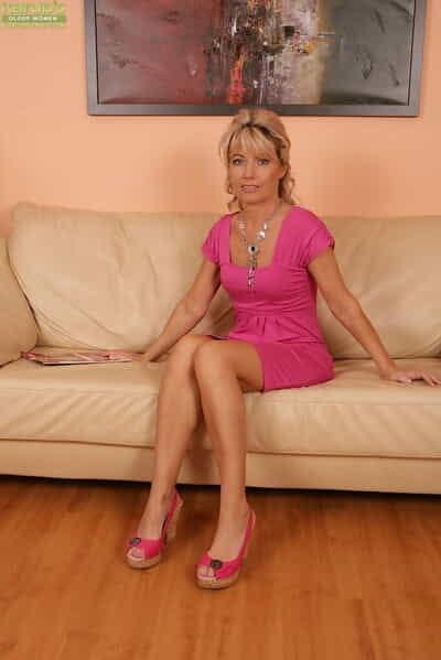 Golden mom cede 50 Janet Sweetheart flashing waxen briefs plus precise mature limbs
