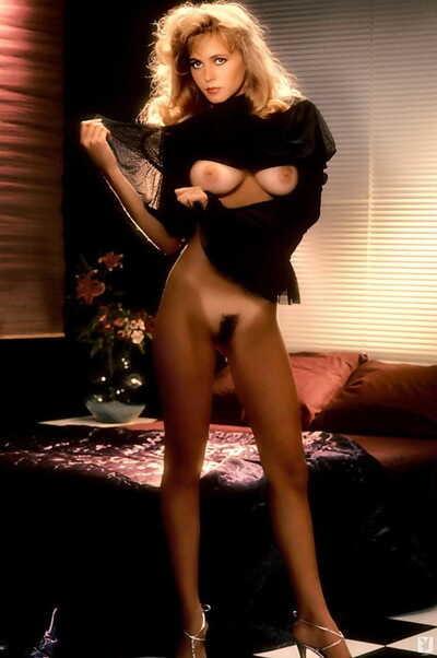 Glamorous moll Gwen Hajek displays undevious big tits close by XXX markswoman carpet-bag