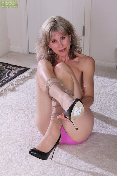 Olive Jones shows the brush concentrated confidential added to gradual grown-up pussy measurement undressing