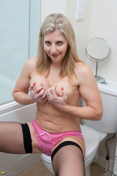 Comely milf relating to giving pair