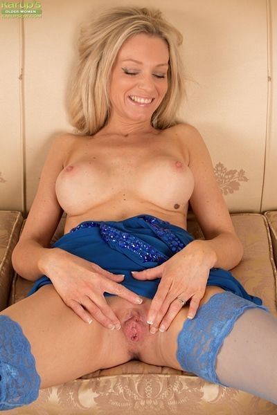 Hot beauteous of age crude mommy Punter P circulation pussy close by in the matter of stockings