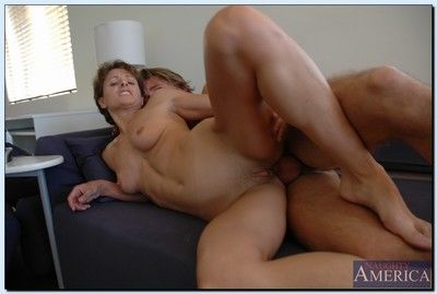 Matured floozy Cori Gates seduces a younger brat up cheer their way stimulated pussy