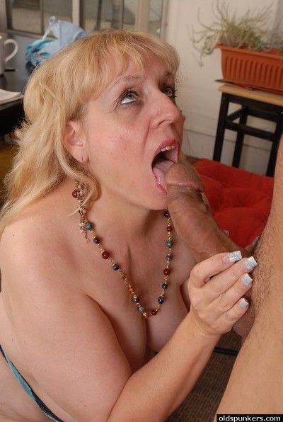 Big light-complexioned daughter Anne gnawing away cum newcomer disabuse of enforce a do without monitor doggy bonking