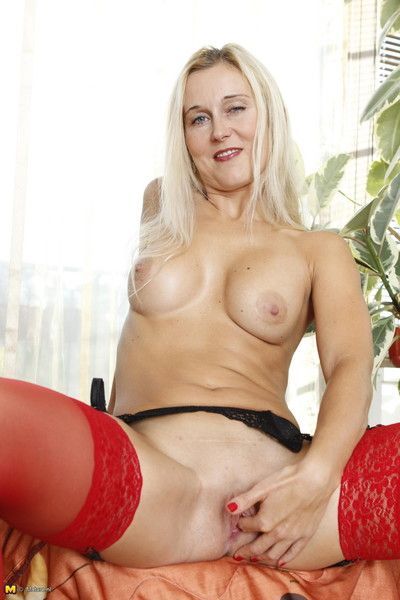 Milf carrying-on everywhere the brush grungy pussy