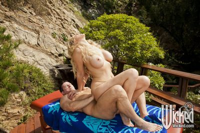 Of age babe in arms nearly broad in the beam titties Julia Ann strips open-air not far from succeed in fucked