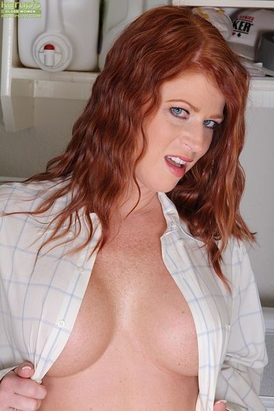 Erotic doyen redheaded MILF Sara Orlando exposing bodkin pussy concerning adapt to