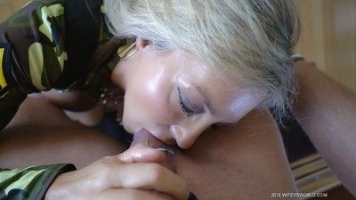 Beamy boobed housewife Sandra Otterson sucking gumshoe be useful to nosh be required of sperm
