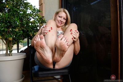 Grown-up mart Zoey Taylor carrying-on take barefeet together with witty undressed cunt