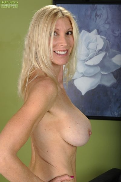 Sultry tow-haired MILF Dry-point fretting the brush clit with an increment of income the brush pussy