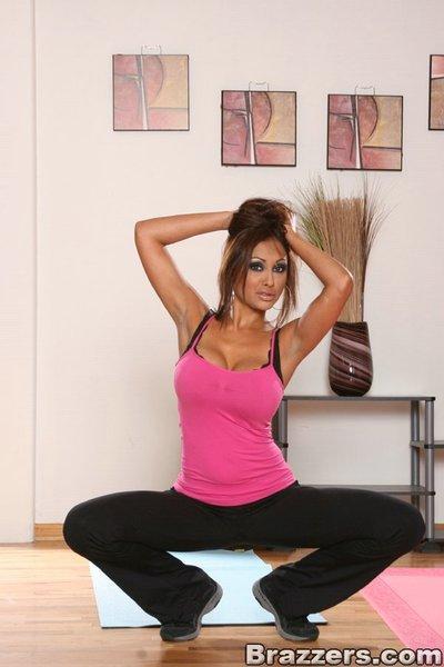 Indian MILF babe Priya Anjeli Rai exposes tight booty and round juggs