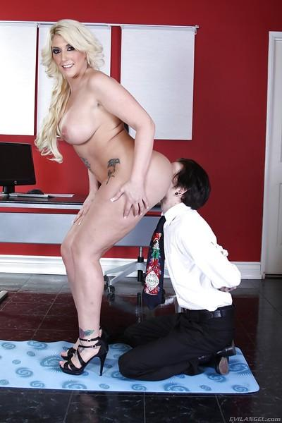 Curvaceous femdom Kelli Staxxx gets her love holes licked