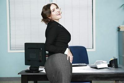 Short-haired secretary Krissy Lynn enjoys her cute wide-opened hole