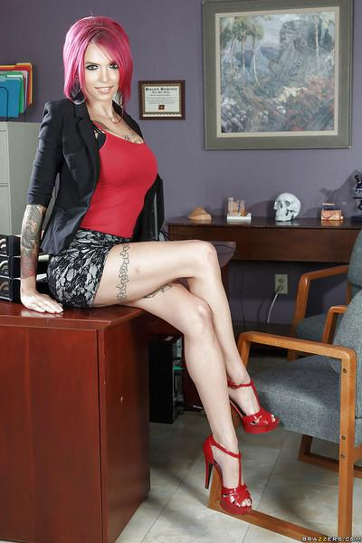 Redhead secretary Anna Bell Peaks undresses heavily inked body
