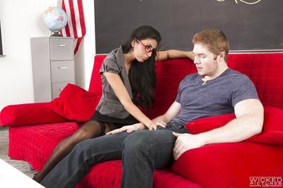 Nerdy brunette cougar Niki Daniels giving one of her student