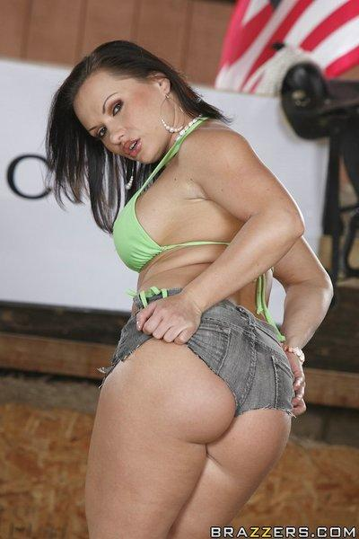 Latina MILF with a big ass Katja Kassin shows off in front of a camera