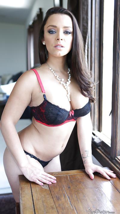 Outstanding mature slut Liza Del Sierra poses like a centerfold