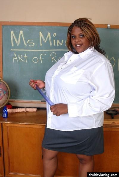 Mature ebony Minxx demonstrates her tight vagina and big boobs